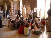 De kinderen van de school bij het Louvre Royalty-vrije Stock Afbeelding