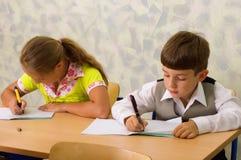 De kinderen van de school bij klaslokaal stock foto's