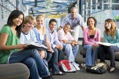 De kinderen van de school en hun leraar in een klasse royalty-vrije stock afbeelding