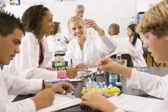 De kinderen van de school en hun leraar in wetenschapsklasse Royalty-vrije Stock Fotografie