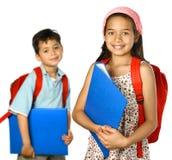 De kinderen van de school met blauwe omslag en rode rugzak Royalty-vrije Stock Afbeeldingen