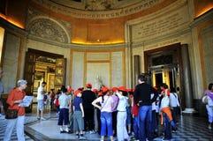 De kinderen van de school met rode beanies bij het Louvre stock foto