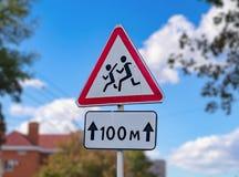 De kinderen van de verkeerstekenvoorzichtigheid Royalty-vrije Stock Foto's