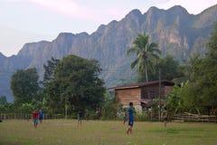 De kinderen van het dorp van Kong Lo spelen voetbal stock foto's