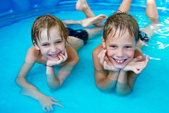 De kinderen van het geluk bij pool Royalty-vrije Stock Afbeeldingen