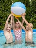 De kinderen van het geluk bij pool Royalty-vrije Stock Foto