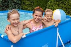 De kinderen van het geluk bij pool Royalty-vrije Stock Afbeelding