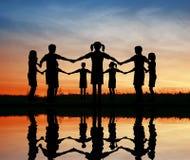 De kinderen van het silhouet. zonsondergang vijver. Royalty-vrije Stock Afbeelding
