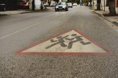De kinderen van het wegwaarschuwingsbord 'voorzichtig 'schilderden op de weg Gevaar aandacht royalty-vrije stock fotografie