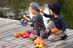 De kinderen van Nice schilderen kleine Halloween-pompoenen Royalty-vrije Stock Foto's