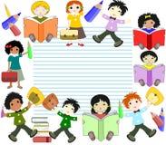 De kinderen van verschillende rassen lezen boeken en gaan naar school Royalty-vrije Stock Afbeeldingen