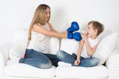 De kinderen vechten stock foto's