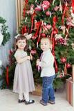 De kinderen verfraaien een Kerstboom Stock Fotografie