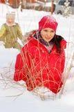 De kinderen verheugen zich aan de gekomen winter Royalty-vrije Stock Afbeelding