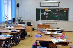 De kinderen verlieten het klaslokaal verlatend dingen op de bureaus royalty-vrije stock fotografie