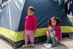 De kinderen in vluchteling kamperen in Griekenland Stock Foto's