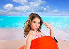 De kinderen vormen surfermeisje in tropisch turkoois strand Stock Afbeeldingen