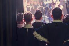 De kinderen wachten op hun prestaties stock foto's