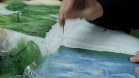 De kinderen werken met gevoeld droog Naald voor het maken van schilderijen van wol Het vullen van een blauw gevoeld patroon op ee stock videobeelden