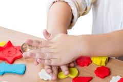 De kinderen werken met klei Royalty-vrije Stock Afbeeldingen