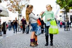 De kinderen winkelen Stock Foto's