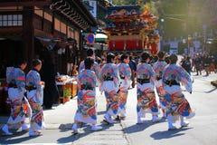 de kinderen wonen het drijven marionettenfestival in Takayama bij Stock Foto