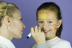 De kinderen zien het schilderen onder ogen Royalty-vrije Stock Afbeeldingen