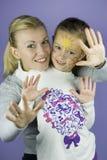 De kinderen zien het schilderen onder ogen Stock Foto