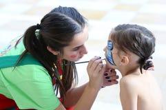 De kinderen zien het schilderen onder ogen Stock Fotografie