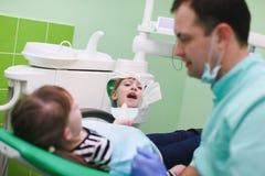 De kinderen zijn toegenomen tanden na tandbehandeling royalty-vrije stock fotografie