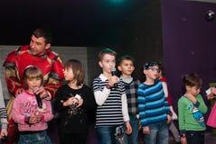 De kinderen zingen in karaoke Royalty-vrije Stock Foto