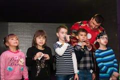 De kinderen zingen in karaoke Royalty-vrije Stock Afbeeldingen