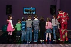 De kinderen zingen in karaoke Stock Foto