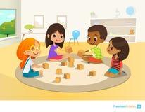 De kinderen zitten in cirkel op rond tapijt in kleuterschoolklaslokaal, spelen met houten stuk speelgoed blokken en lach learning vector illustratie