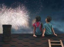 De kinderen zitten op het dak royalty-vrije stock fotografie