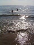 De kinderen zwemmen in overzees Royalty-vrije Stock Foto's
