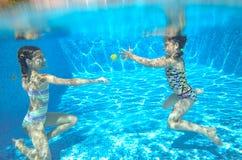 De kinderen zwemmen in pool onderwater, hebben de gelukkige actieve meisjes pret onder water Royalty-vrije Stock Afbeeldingen
