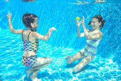 De kinderen zwemmen in pool onderwater, hebben de gelukkige actieve meisjes pret onder water Stock Foto's