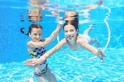 De kinderen zwemmen in pool onderwater, hebben de gelukkige actieve meisjes pret onder water Stock Fotografie