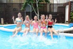 De kinderen zwemmen in pool stock fotografie