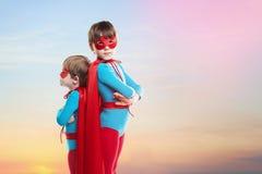 De kinderenjongens spelen superheroes Machtsconcept stock afbeeldingen