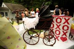 De Kinderwagen van de baby met giften Stock Foto's