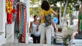 De kindholding overhandigt vader het lopen in een typisch straatdorp van $c-andalusisch stock videobeelden