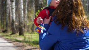 De kindlooppas aan zijn moeder, koestert haar zacht Gelukkige familie, houdende van ouders stock footage