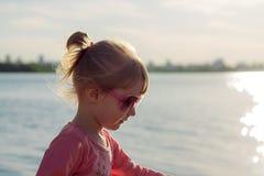 De kindlooppas op de kust in het zand royalty-vrije stock foto's