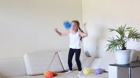De kindspelen met de ballen van spoelen van draad stock videobeelden