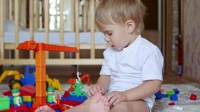 De kindspelen met het speelgoed in de speelkamer stock video