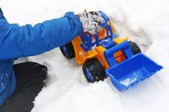 De kindspelen in de winter met sneeuw stock afbeelding
