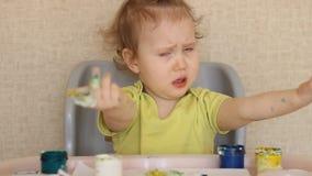 De kindverven met zijn vingers stock videobeelden