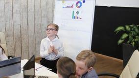 De kindzakenman In The Office maakt het Voorstellen stock videobeelden
